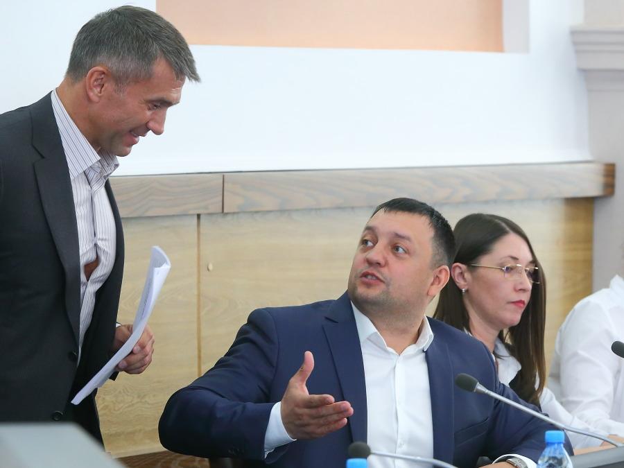 Дмитрий Дамаев (в центре)