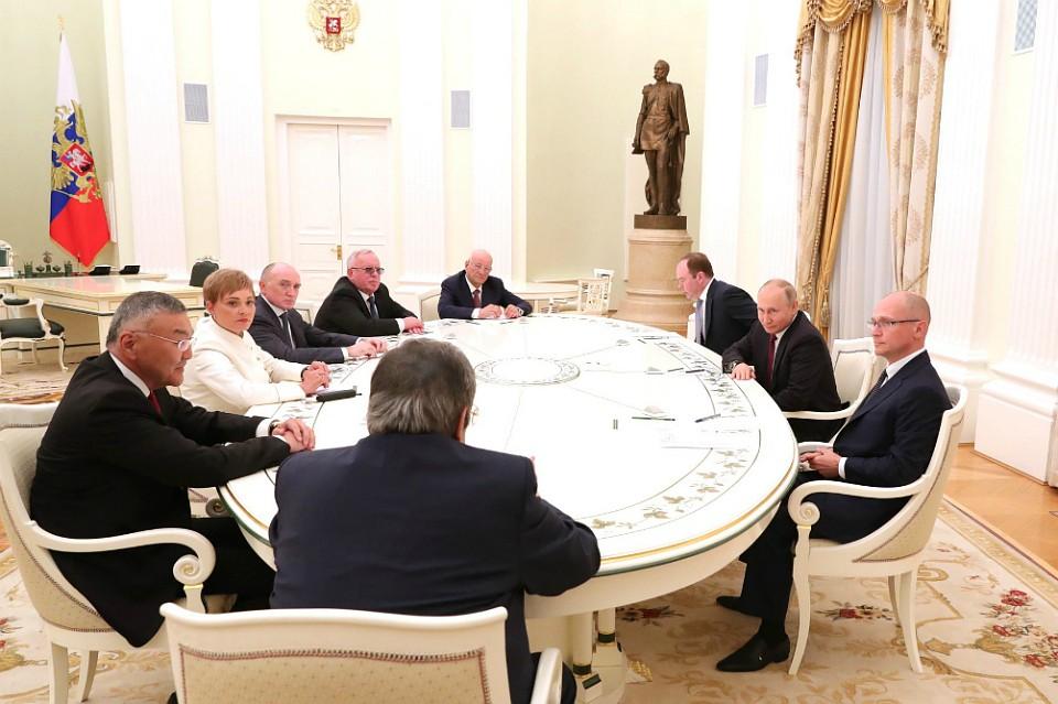 Владимир Путин призвал экс-глав регионов РФ оказать поддержку своим преемникам