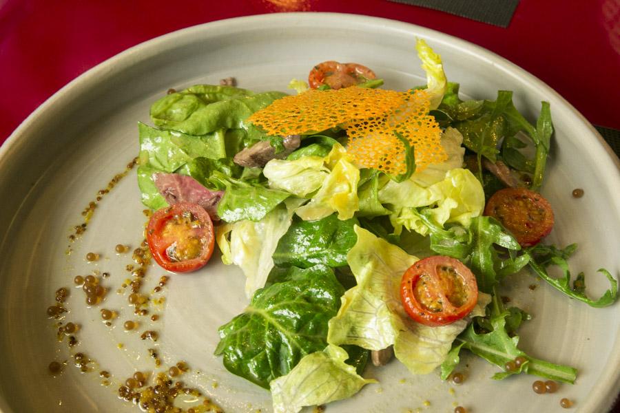 Салат с ростбифом и икрой из Гиннесса