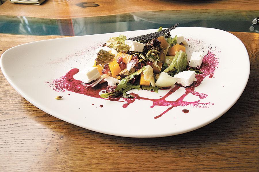 Оригинальный фруктово-овощной салат с тыквой и ароматной дыней, зернами граната, сыром фета и свекольным глясе