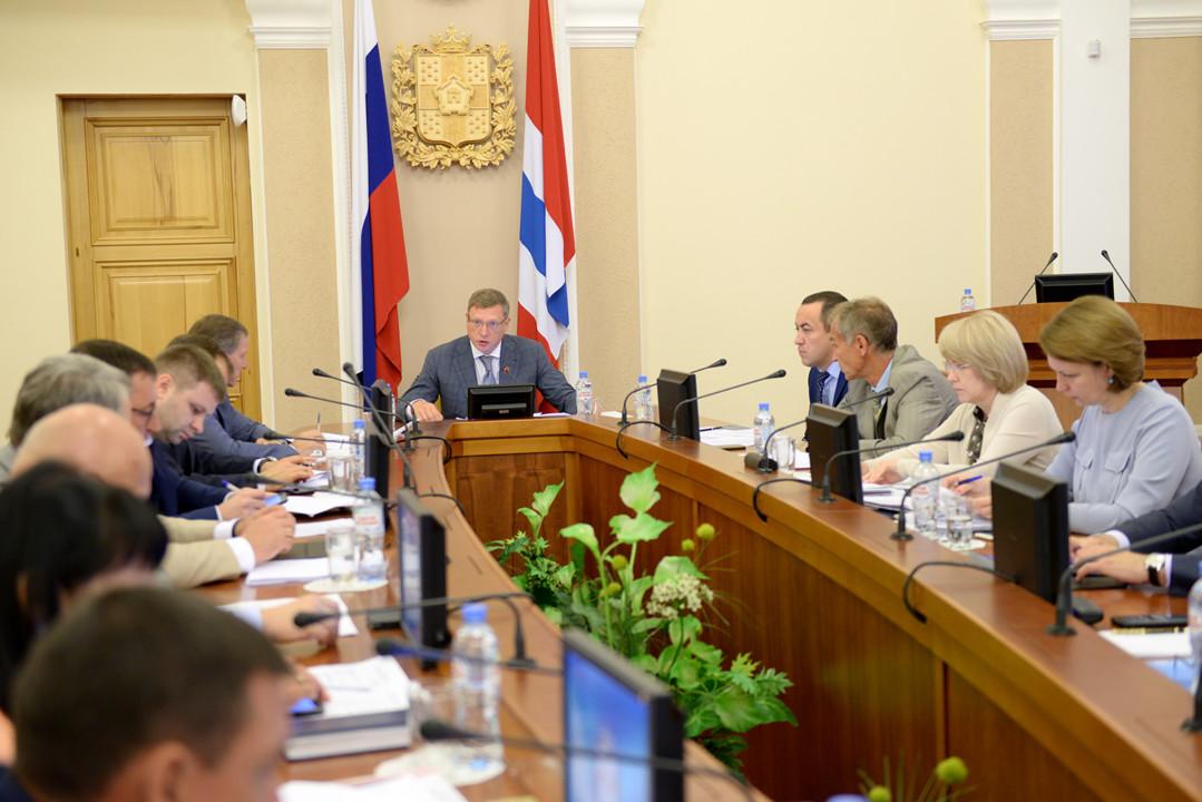 Губернатор Омской области пригрозил чиновникам увольнениями за неисполнение его поручений