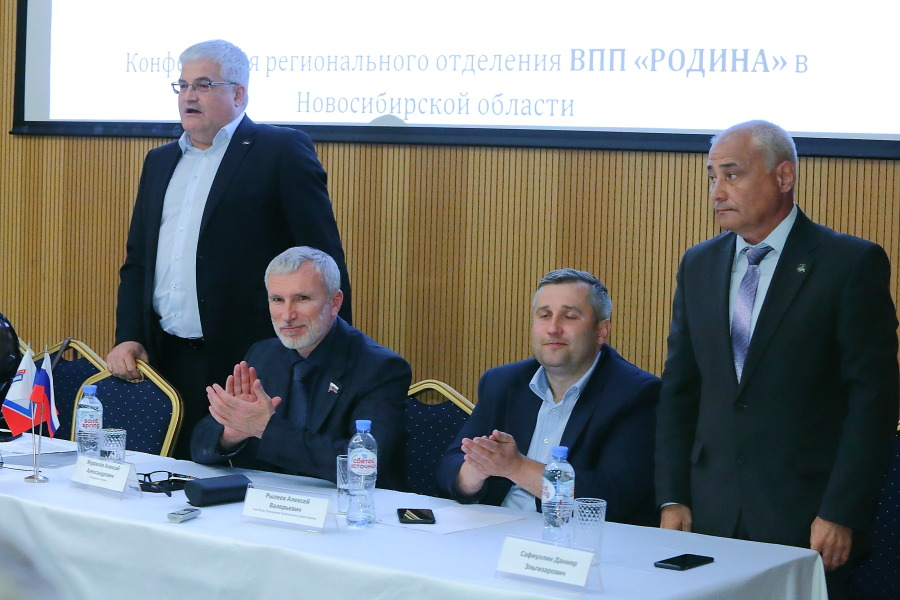 Данияр Сафиуллин (справа) выдвинулся в мэры Новосибирска