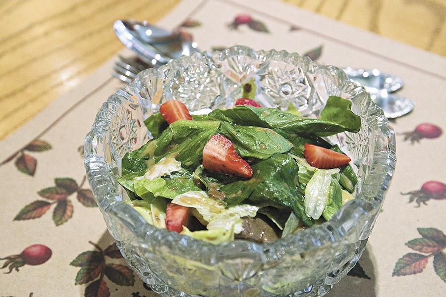 Салат с печенью кролика и свежей грушей