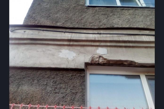 На доме с трещинами в Оби установили маяки для наблюдения за деформациями здания