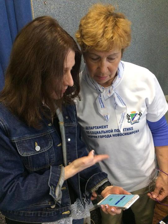 «Умные» браслеты помогут старшему поколению в Новосибирске