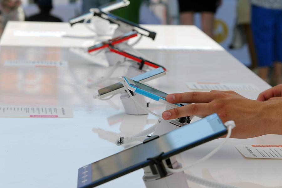 Продажи смартфонов падают, но в России нашли, чем их заменить - Картинка
