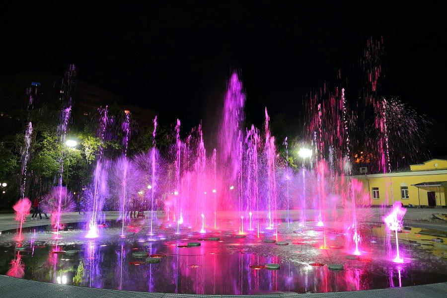 В Центральном парке Новосибирска в тестовом режиме запущен светомузыкальный фонтан