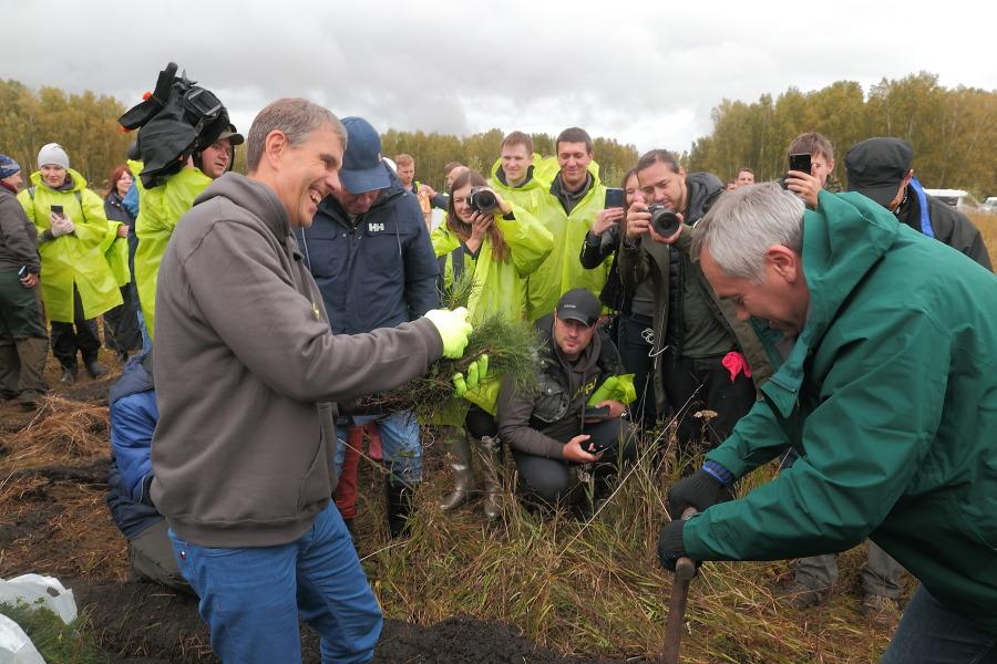 Губернатор Новосибирской области Андрей Травников вместе с совладельцем S7 Владиславом Филевым принял участие в высадке деревьев