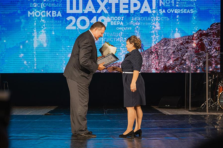 На фото: заместитель губернатора Новосибирской области Сергей Семка вручает благодарственное письмо