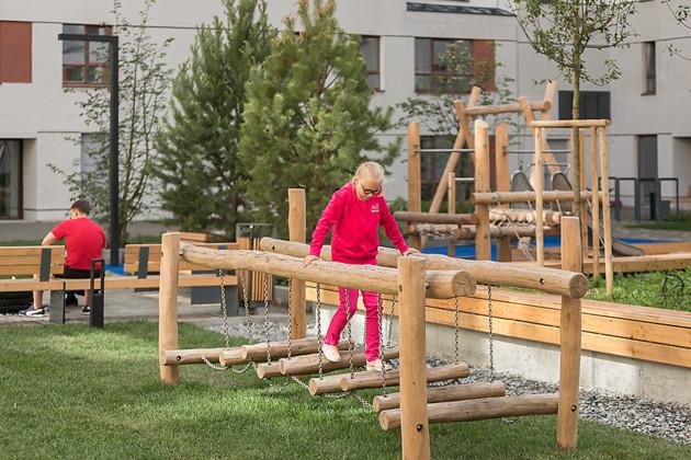 Места отдыха и детских игр выполнены из натуральных материалов.