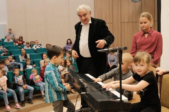 Миниатюра для: Сбербанк в Новосибирске провел для детей лекцию Михаила Казиника