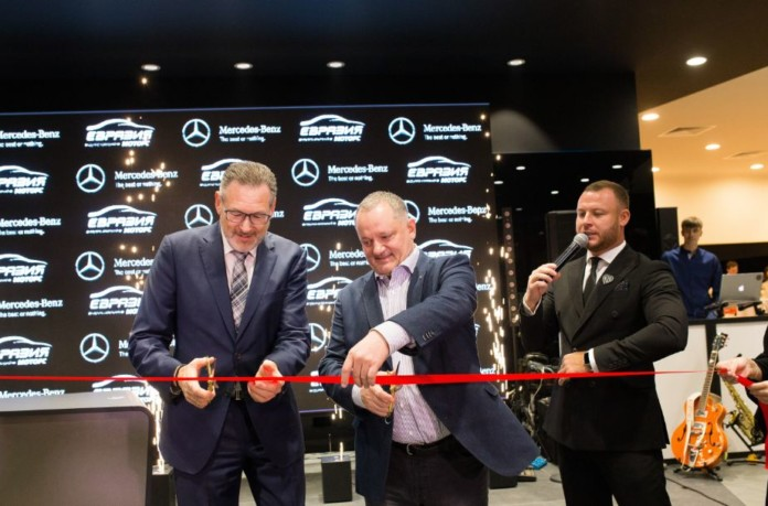 Миниатюра для: Новый глава Mercedes-Benz в России Хольгер Зуффель открыл самый современный в Сибири дилерский центр немецкой марки
