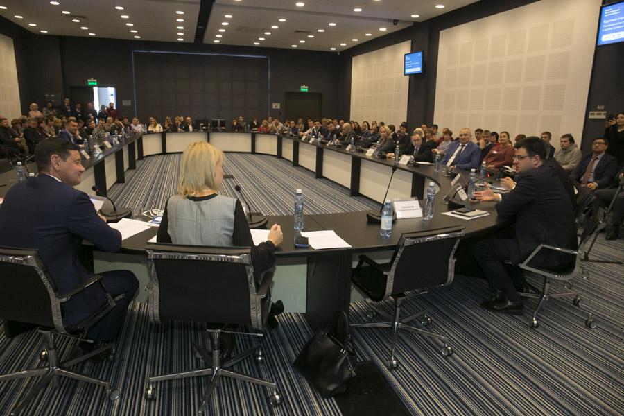 Участники круглого стола, посвященного вопросам малоформатной торговли