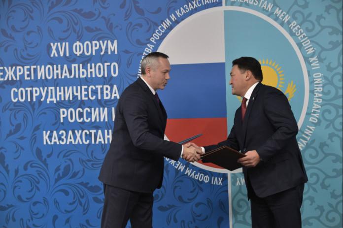 Миниатюра для: Андрей Травников и Булат Бакауов подписали план мероприятий в рамках омского форума