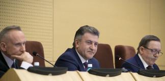 Председатель Заксобрания Новосибирской области Андрей Шимкив (в центре) поблагодарил коллег засерьезную работу над областным бюджетом