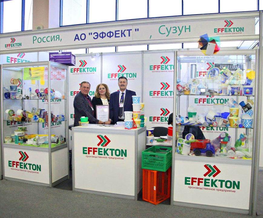 Александр Неизвестных (слева) на выставке продукции компании
