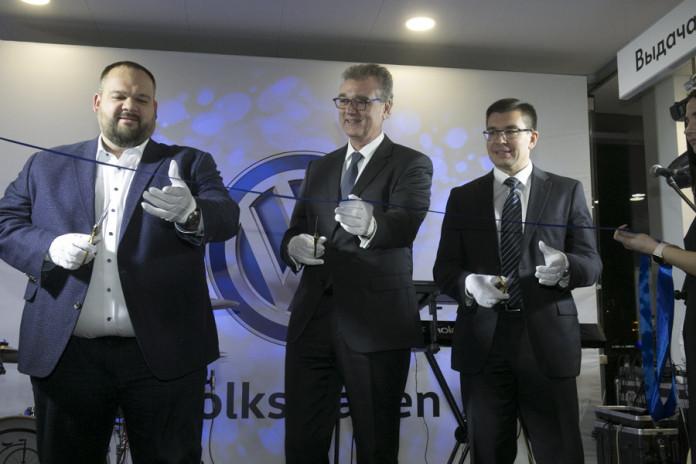 Миниатюра для: Глава Volkswagen в России Томас Мильц открыл в Новосибирске второй салон марки
