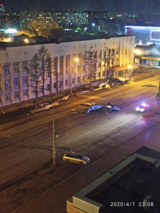Ураганный ветер в Омске снес крыши и балконы многоэтажных домов - Изображение