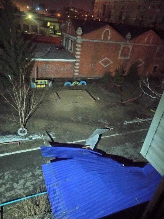 Ураганный ветер в Омске снес крыши и балконы многоэтажных домов - Картинка