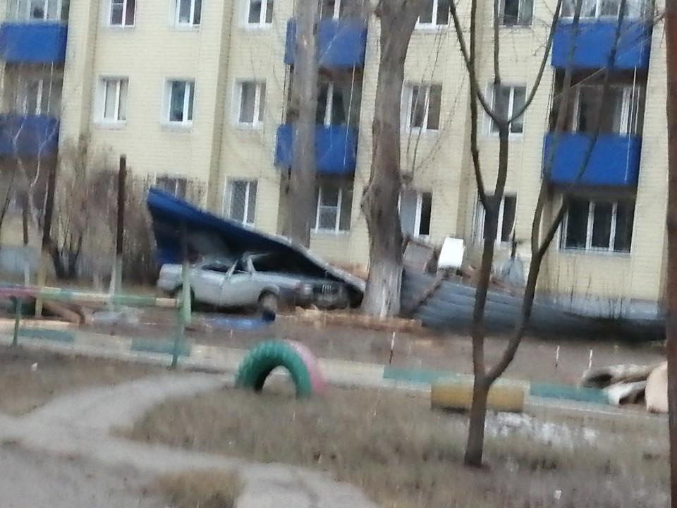 Ураганный ветер в Омске снес крыши и балконы многоэтажных домов - Фото