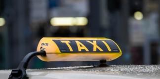 Омских врачей пообещали бесплатно возить на такси