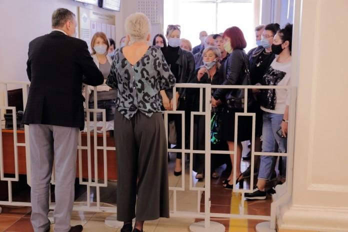 Сотрудники новосибирских рынков создали коллапс на входе в здание областного правительства