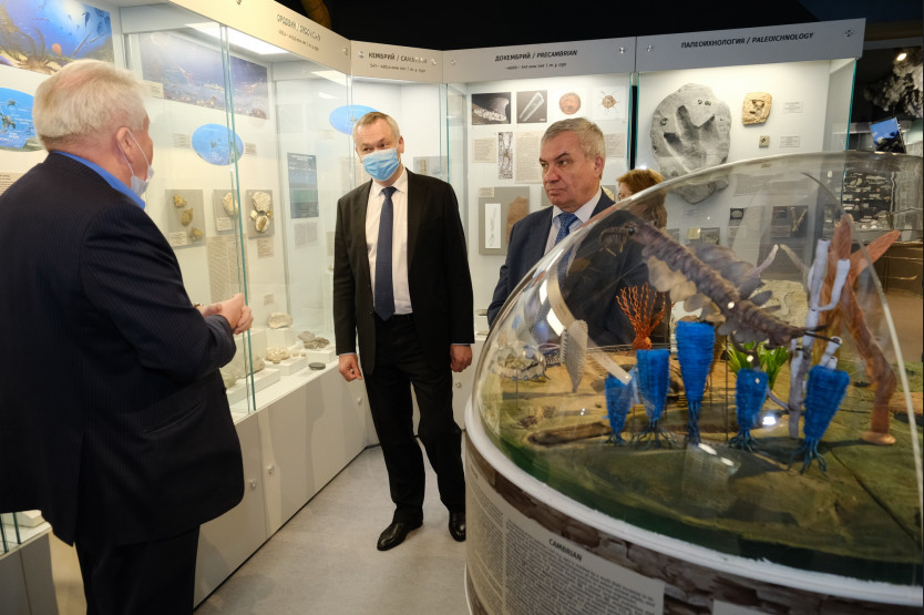 Андрей Травников (в центре) посетил НГУ. Фото пресс-службы губернатора Новосибирской области.