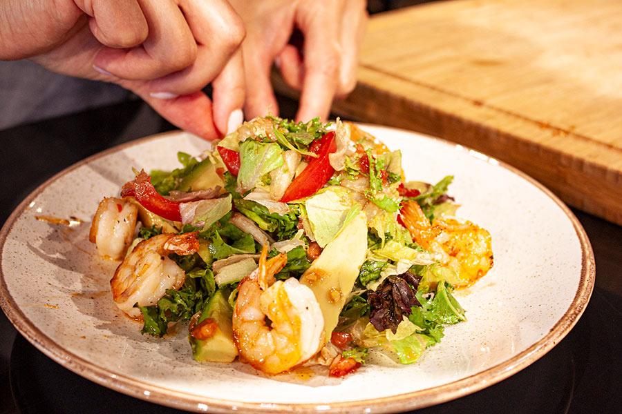 Салат с тигровыми креветками и авокадо в азиатской заправке