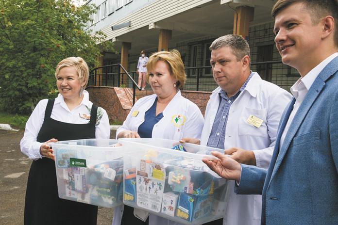 Миниатюра для: В Новосибирске пациентам детской больницы вручили «коробки храбрости»