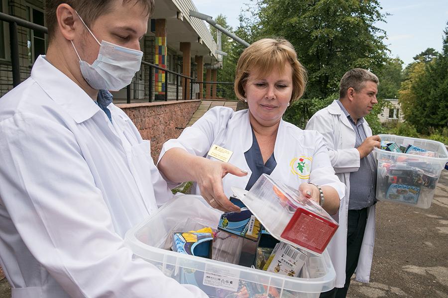 В Новосибирске пациентам детской больницы вручили «коробки храбрости» - Изображение