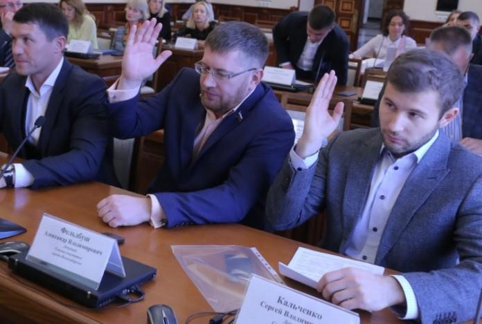 Сергей Кальченко (крайний справа) стал самым богатым депутатом горсовета Новосибирска
