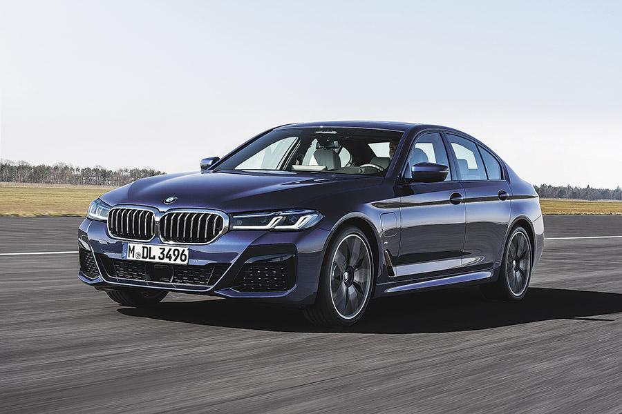 BMW 5-Series или Mercedes Е-class: два главных конкурента обновились в 2020 году - Фото