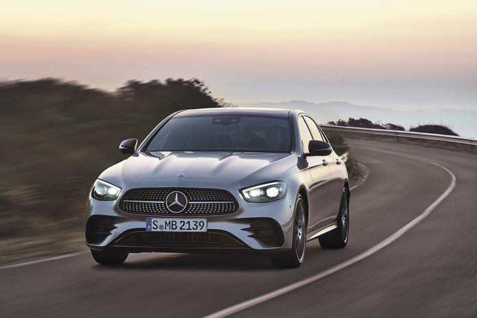Миниатюра для: BMW 5-Series или Mercedes Е-class: два главных конкурента обновились в 2020 году