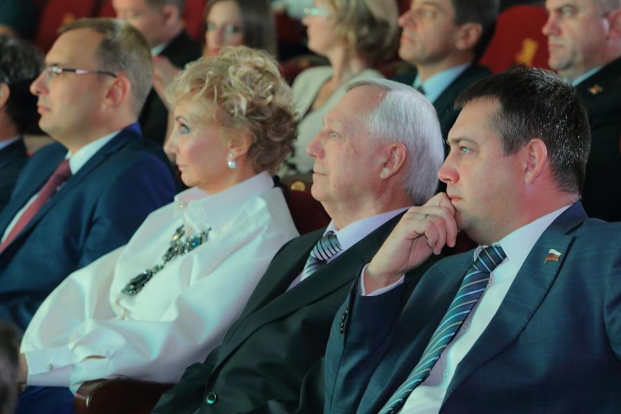 Андрей Каличенко (крайний справа) и Иван Сидоренко (крайний слева)