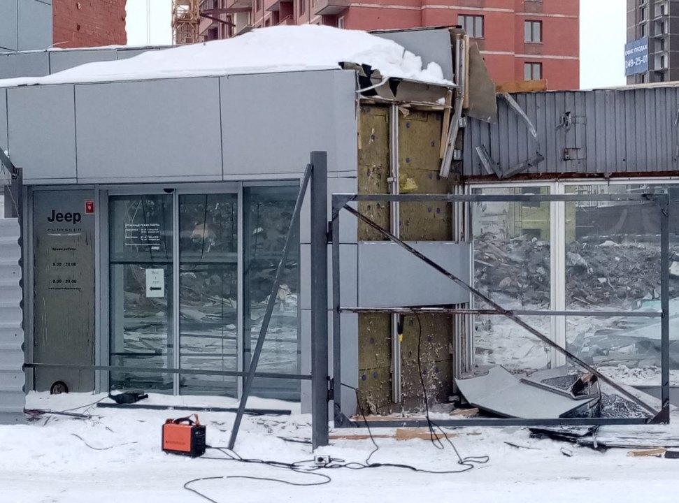 В Новосибирске сносят бывшие дилерские центры Porsche, Audi и Skoda - Фото