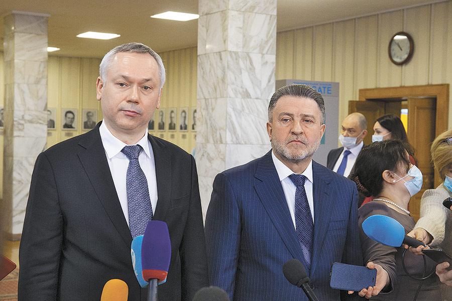 По словам председателя Заксобрания Новосибирской области Андрея Шимкива (справа), благодаря совместной работе с правительством, «в пандемию, в сложнейший год, наказы были перевыполнены»