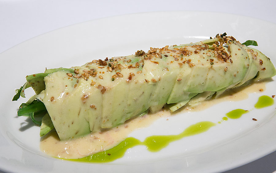 Ролл из авокадо, креветок, водорослей «чука» и шпината