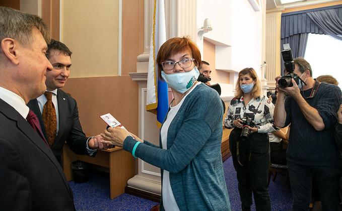 Светлана Каверзина получает удостоверение депутата - Фото 2020 года