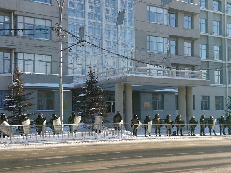 Несанкционированный митинг в Новосибирске - здание областной администрации