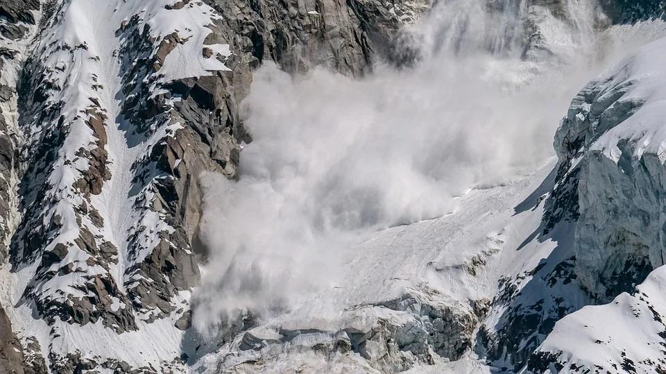 Горы, снег, лавина