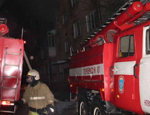 Новосибирские пожарные спасли 23 человека из горящего общежития