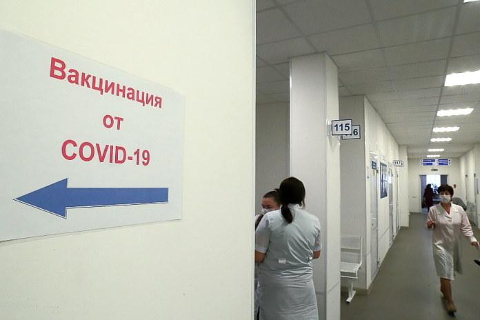 Миниатюра для: Тройной удар: в Роспотребнадзоре рассказали о принципах действия «ЭпиВакКороны» против коронавируса