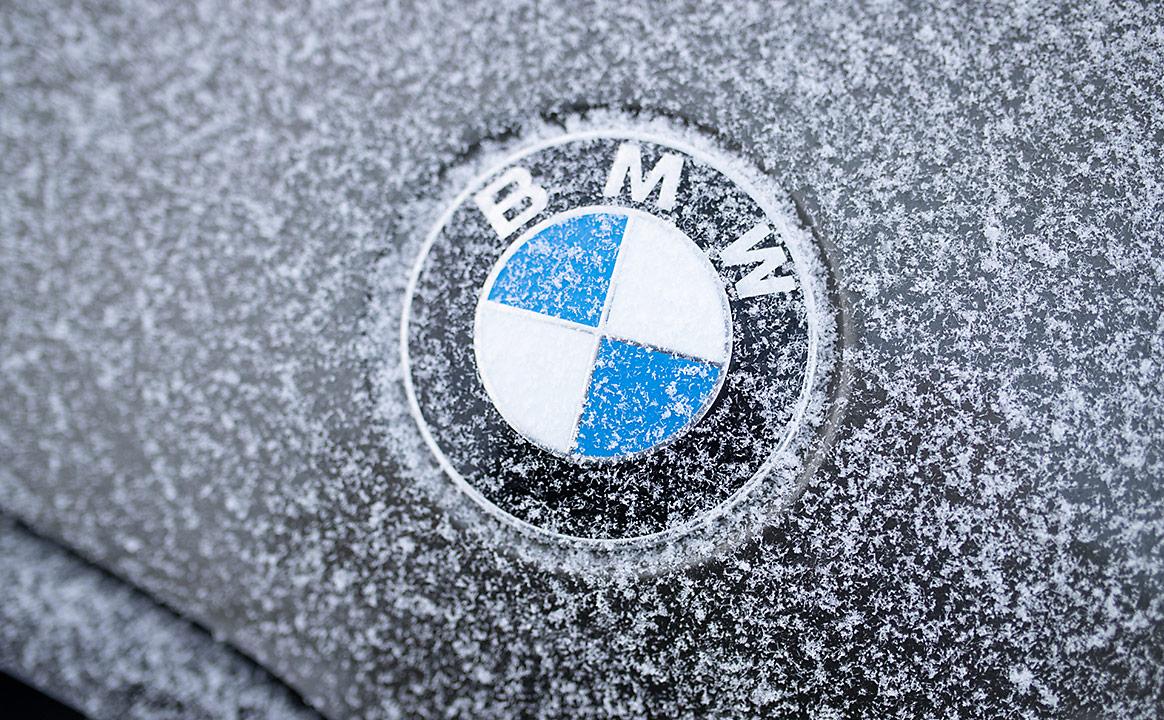 Замерзший логотип BMW