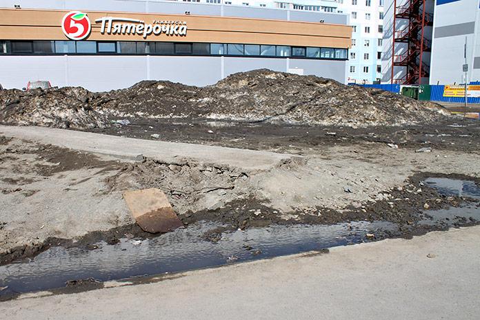 Дорожка к тротуару возле ТЦ Ягода частично разрушена