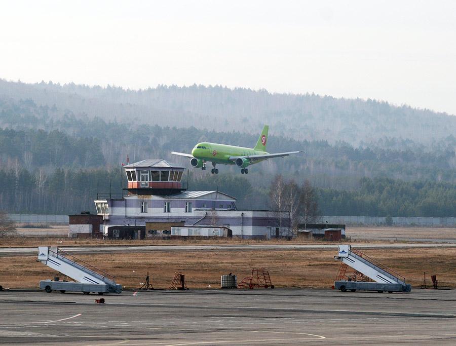 Аэропорт садится самолет