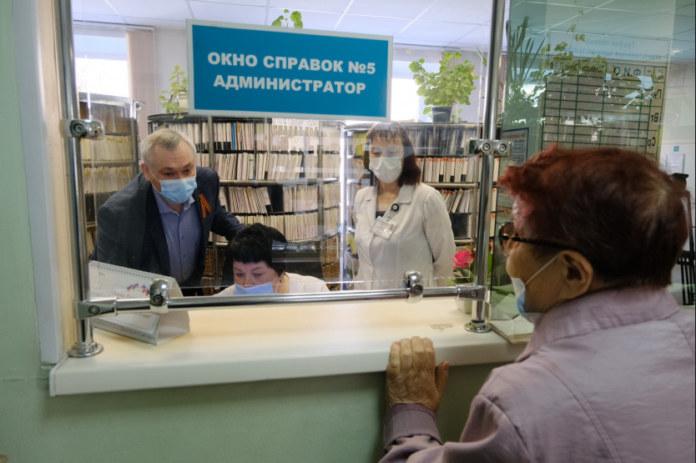 Миниатюра для: Губернатор Андрей Травников проверил работу поликлиник в праздники