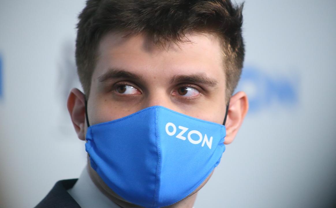 Логистический центр Ozon Человек в маске