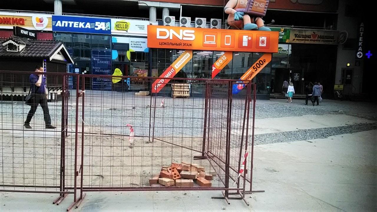 """""""Вопиющее неуважение к пешеходам"""": новосибирцы пожаловались на стройку на площади Маркса - Фото"""