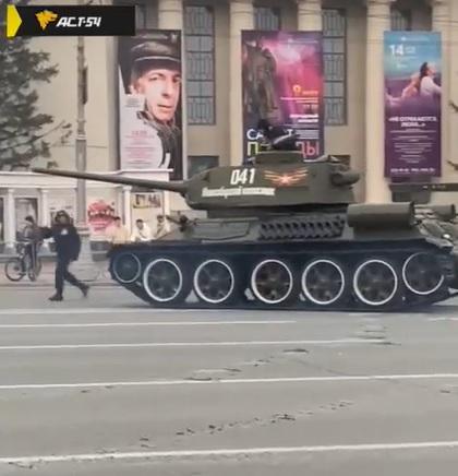 Танк повредил асфальт в центре Новосибирска - Фотография