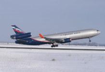 Самолёт Аэрофлот взлетает взлётная полоса